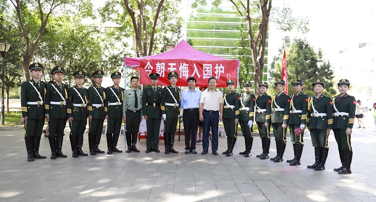 校领导与国旗仪仗队合影